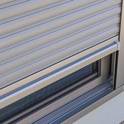新築住宅の窓のシャッター